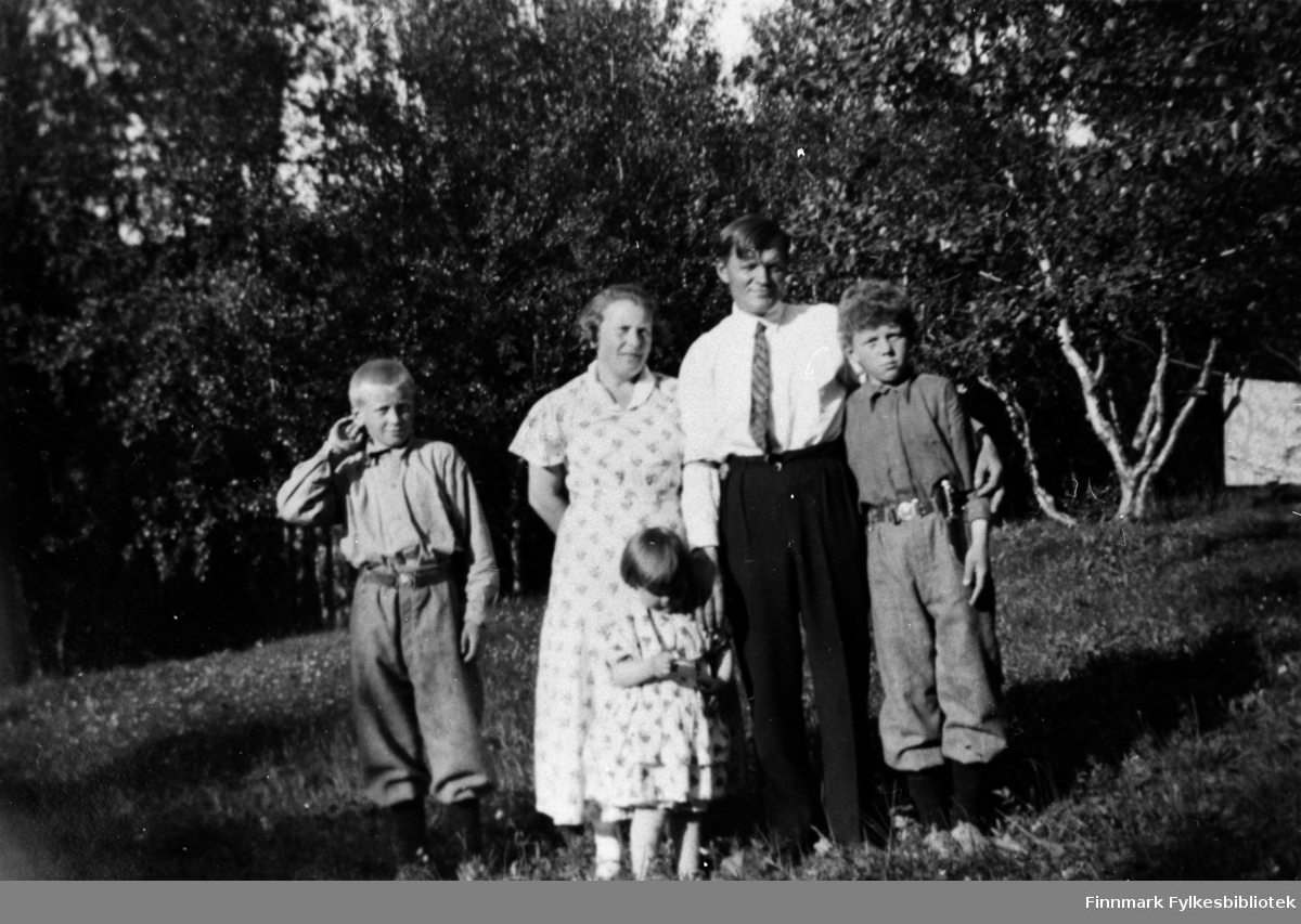 Gruppebilde, muligens tatt i Ifjord. Bildeserien FBib.18017-001-018 har tilhørt Gerd Lund Barbala fra Friarfjord.
