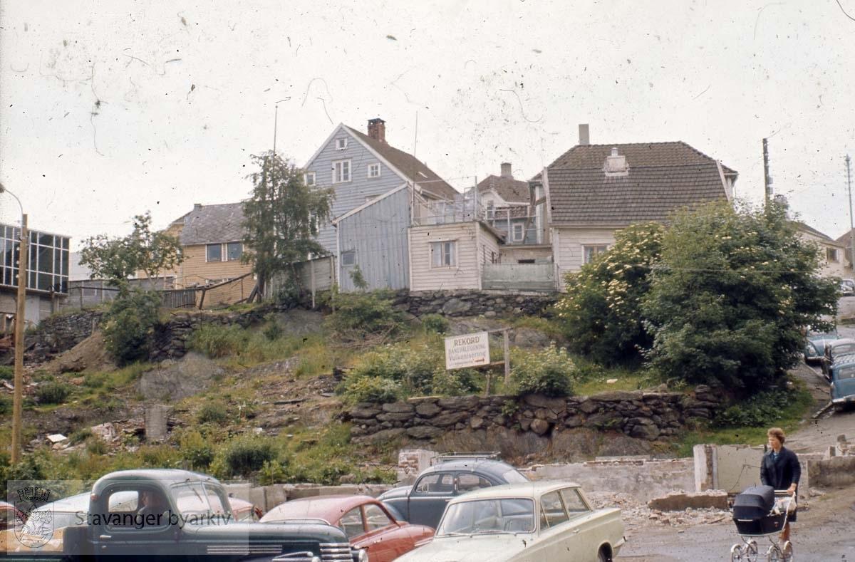 Riving Kleivå.Fra tomten der svømmehallbygget (el-verksbygget) står i dag. Husene i bakgrunnen ligger enten til Thorsesmauet eller Øvre Kleivegate