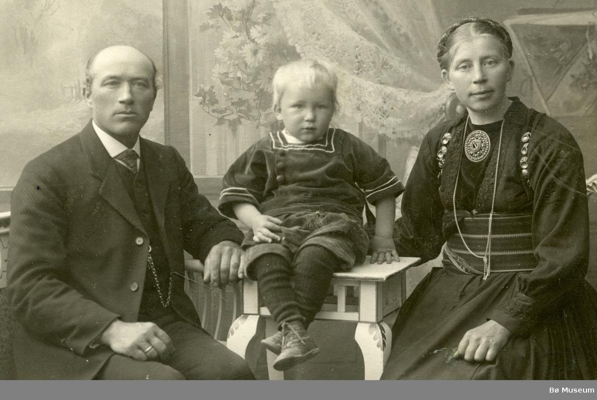 Familiebilete  av Halvor O. og Gunhild Torstveit med sønnen Olav
