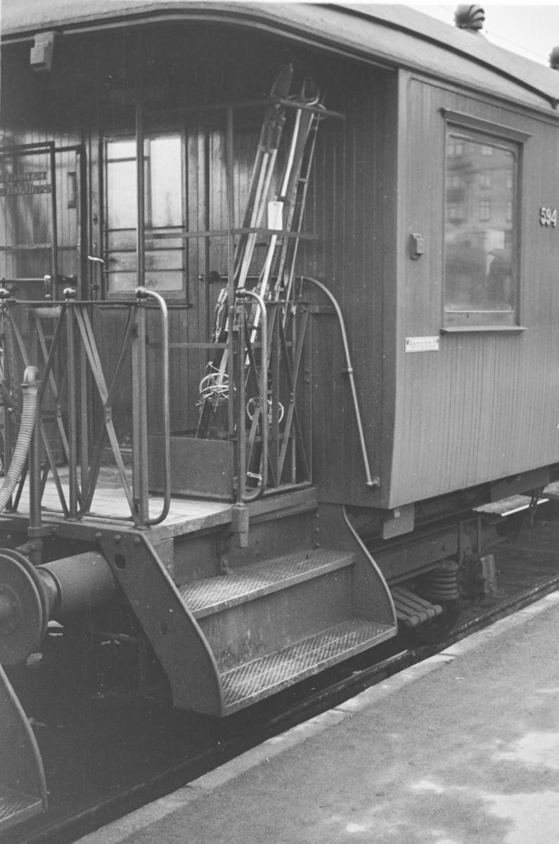 Transport av ski på åpen endeplattform på personvogn litra Co4c nr. 594 i forbindelse med påsketrafikken.