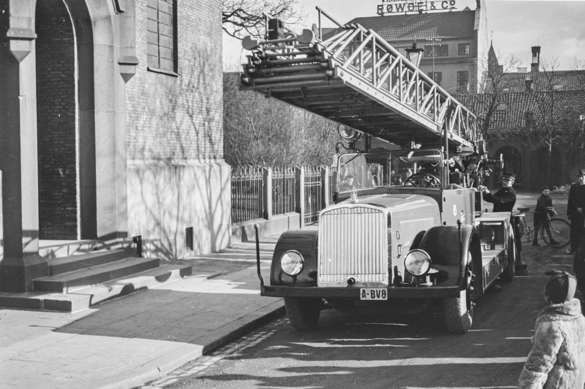 Demonstrasjon av ny brannbil med kjennemerke A-BV8 ved Oslo Domkirke