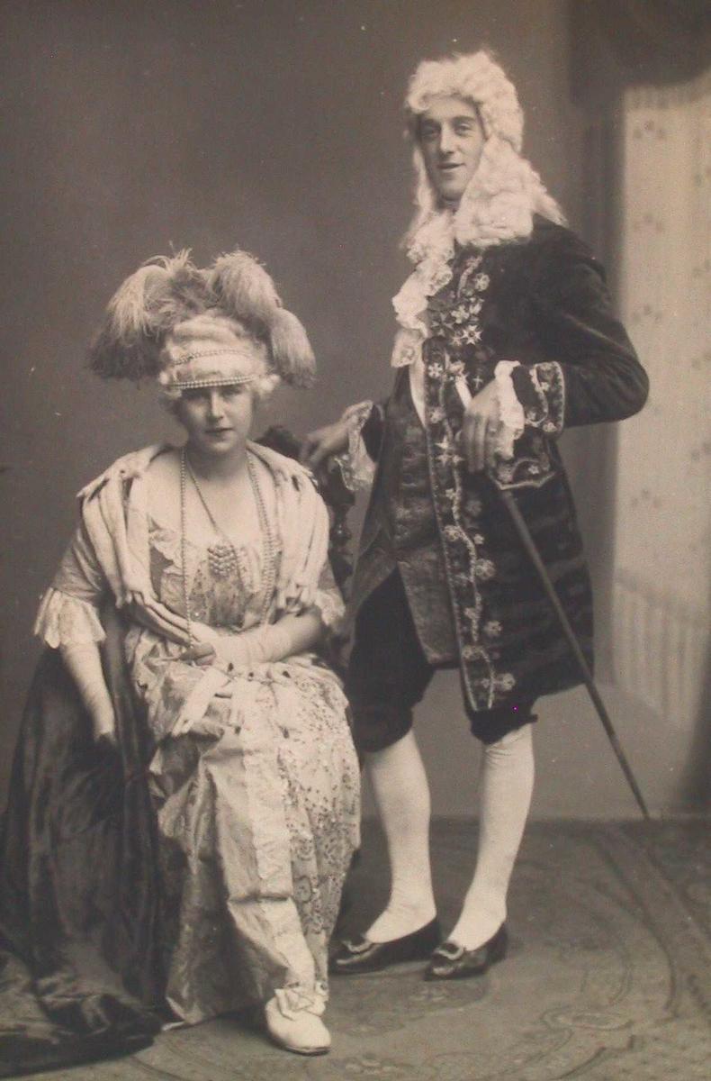 Byjubileet 1923. Mann og kvinne i rokokkodrakter.