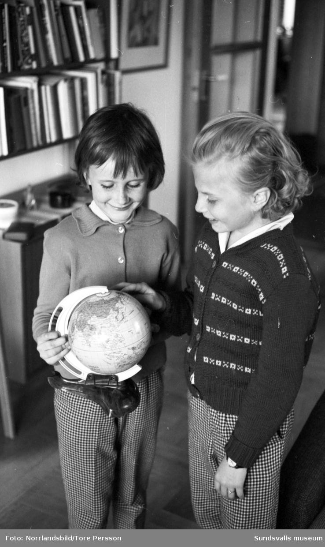 """Ulla Karlsson vann 1962 en jordenrunt-resa i en slogantävling som hölls i samband med det nya inrikesflygets femårsjubileum. På första bilden Ulla och Kurt Karlsson samt SAS stationschef Henning Huss. Det vinnande bidraget löd """"Far som flyger - hemma mest""""."""
