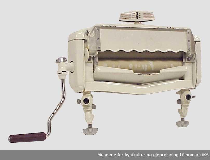 """Maskin for å presse ut vann av tøyet før tørking.  Klesrulle ble brukt til å flate ut tøy etter det var """"stryketørt"""".Klesrullen har """"gripeføtter"""" med skruestrammere som gjør at en kan plassere vrideren på en vaskemaskin, bord eller annet med kant. Selve rullene er plassert i et """"hus"""" som har to sammenleggbare brett på hver side. På den ene siden er det en sveiv med plasthåndtak. På toppen av huset er det festet en utstikker som har en spak for å regulere avstanden mellom rullene, merket:"""" LOW"""", """"MED"""",  """"HIGH"""" ."""