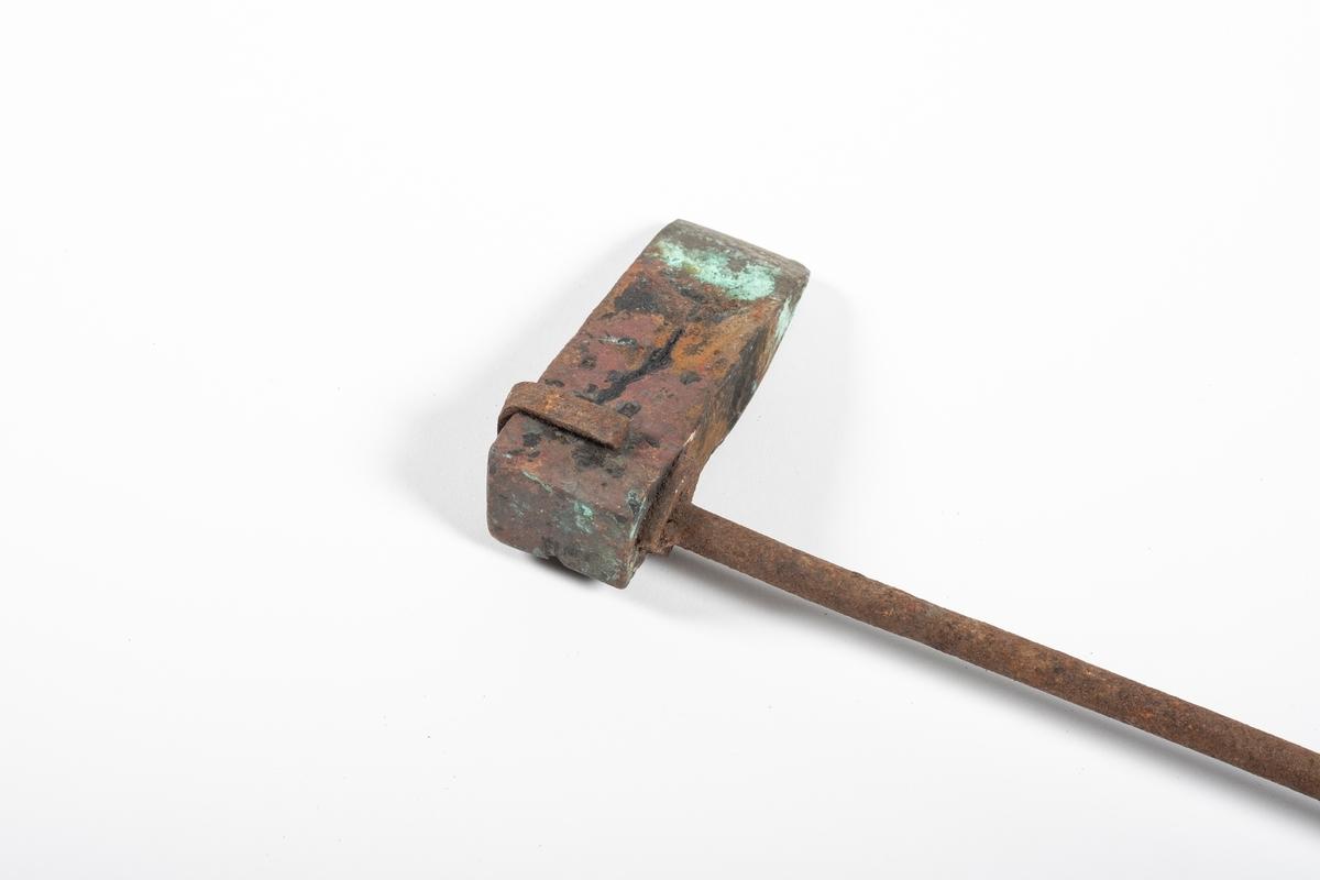 Et loddebolt med hode, stang og skaft. Hodet er festet til stangen ved at to stenger er tredd gjennom hodet og er bøyd ned langs hver side (som en splittbinders). Nederst er det et rundt, avlangt skaft i tre.