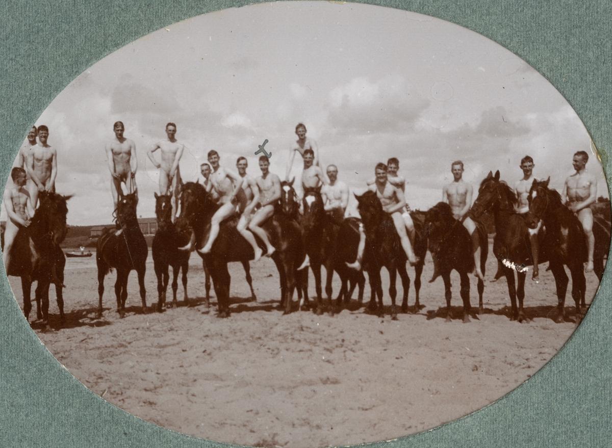 Gruppbild med soldater till hästar vid stranden.