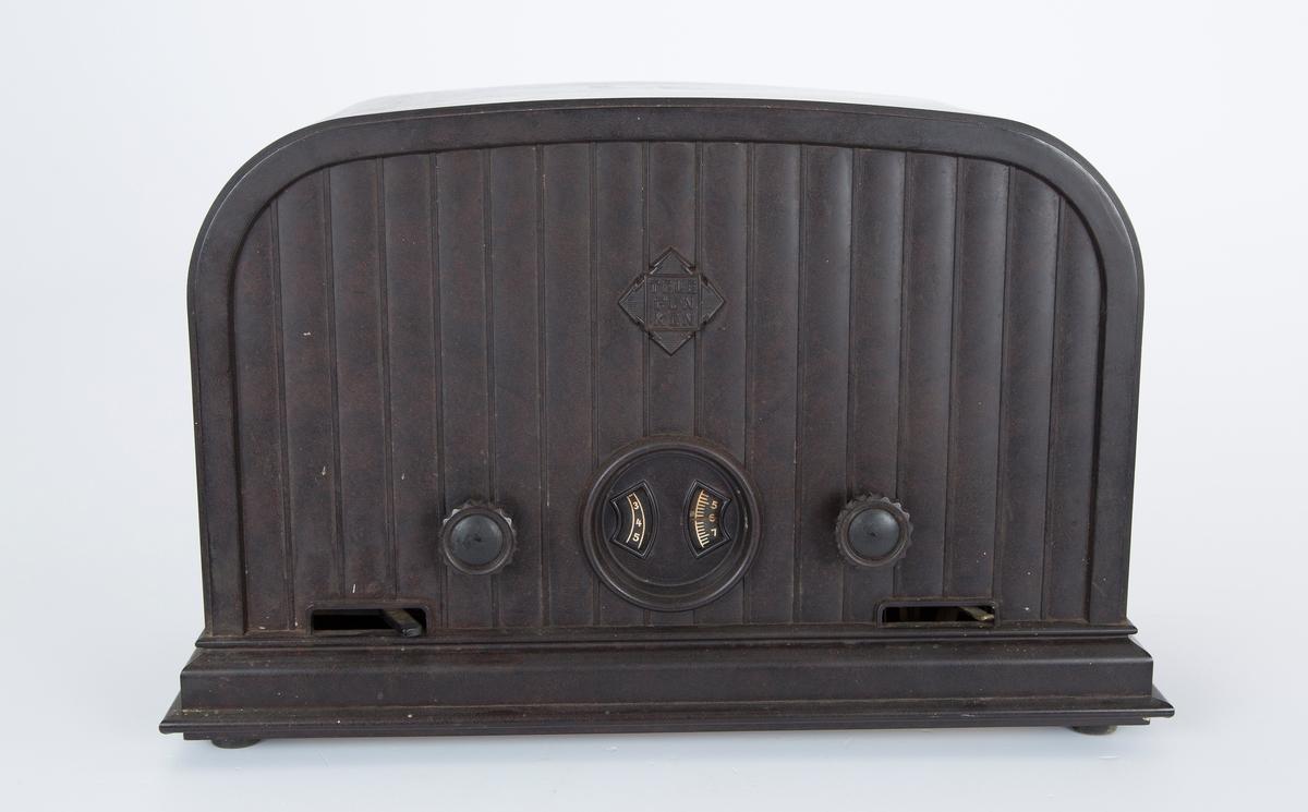 FHM.10725a: Radioapparat FHM.10725b: Høyttaler i trekasse