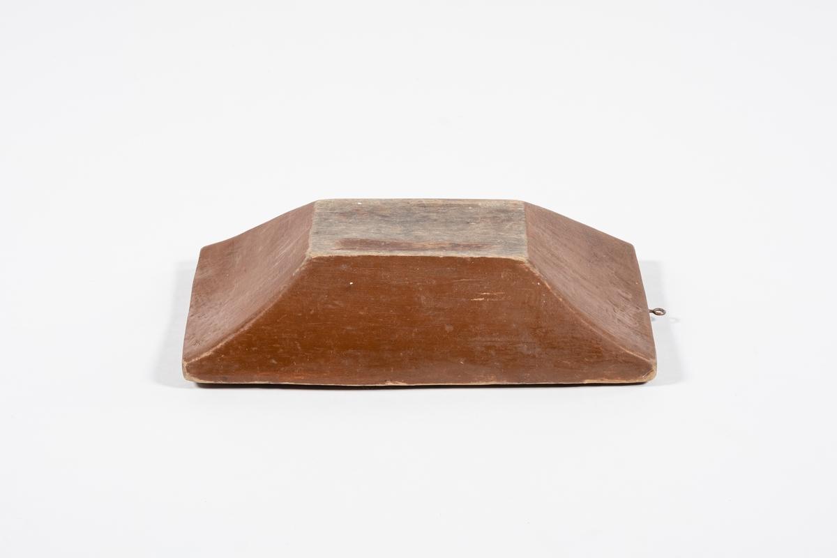 Rektangulært, lite, og dypt. Krok i ene enden. Malt på utsiden og kantene.