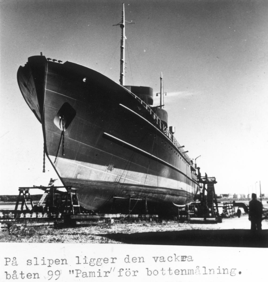 På slipen ligger bärgningsfartyg och högsjöbogserare M/S Pamir för bottenmålning, vid Gävle Varv. Byggd för Sovjets flotta.