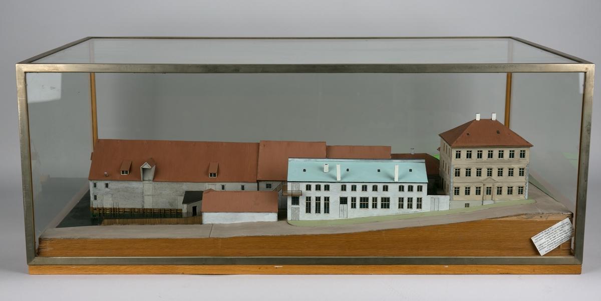 Husmodell av Strandgaten 145 og 147 i monter.