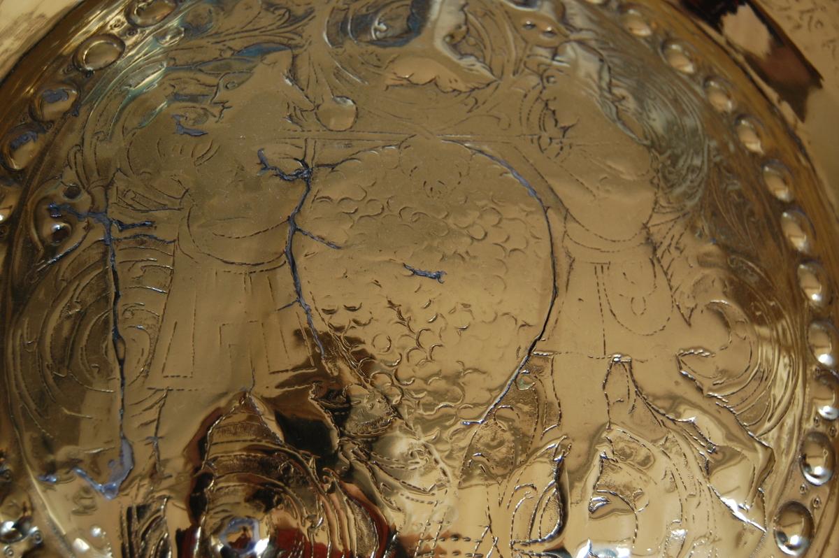 Drevet (og siselert?) dekor, speiderne i Kanaan, langs kanten en hamret stilisert bord.