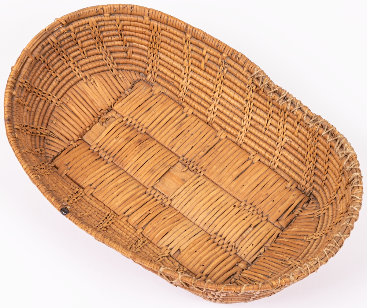 Korg, brödkorg. Oval, avlång, ändarna något högre. Längd 31 cm, Bredd 23 cm.