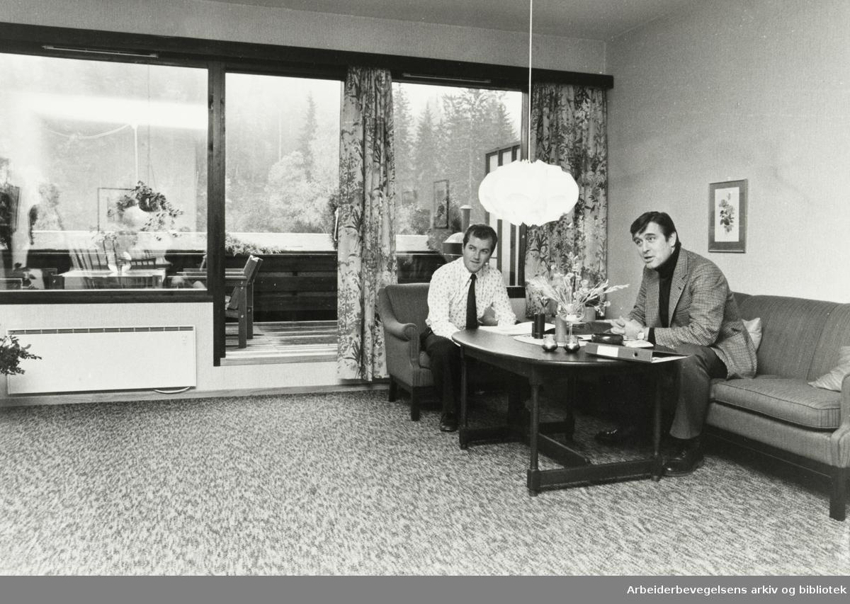 Ljan. Terrasseleiligheter i Herregårdsveien. Nok av intresserte kjøpere forteller assisterende direktør Geir Storeng (t.v.) og advokat Jan von Porat. Oktober 1978