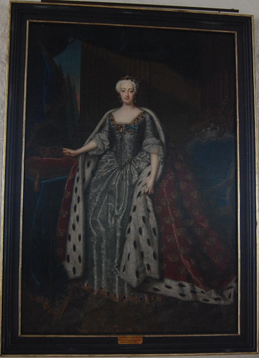 Portett av dronning Sophie Magdalene, gift med kong Christian VI av Danmark, i helfigur stående i interiør. Ikledd en sølvkjole og en rød kappe med hermelinpels, dekorert med kroner.
