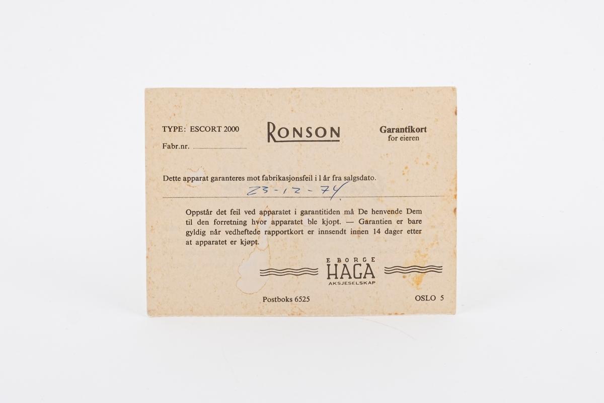 Et 1 års garantikort med informasjon om hva den omfatter. Det er påført dato for når hårføneren ble kjøprt.
