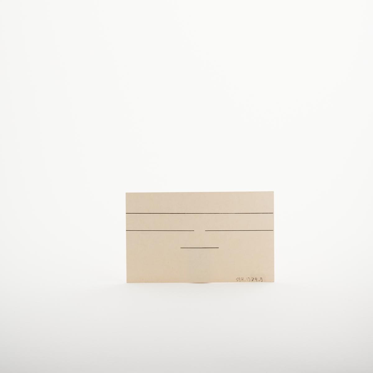 """Kartotekkort med svarte linjer på forside og bakside. Nede i venstre hjørne er teksten """" Nr. 721. På lager hos Sem & Stenersen A/S, Oslo, 4-49"""". Nedre i høyre hjørne står det """"Alfabetregisterkort"""".  NAV-samlingen er en gruppe av gjenstander som har vært anvendt på sosialkontoret (Aetat - NAV) i Skedsmo kommune."""