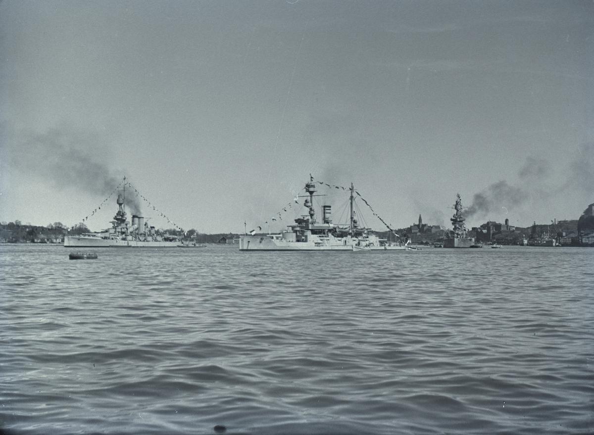Tre örlogsfartyg till ankars på Stockholms ström. T v pansarskeppet Sverige.