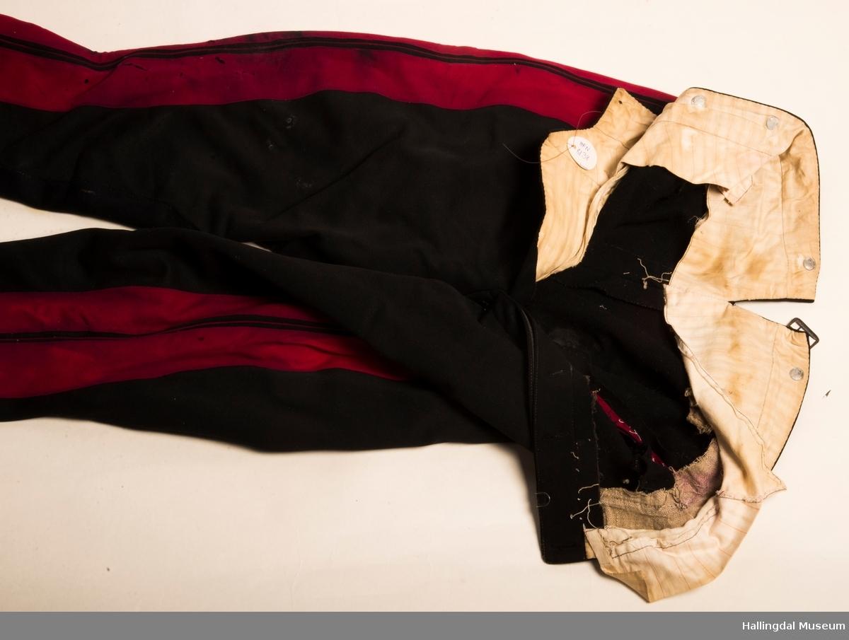 Uniformsbukse, løytnant 1905.  Vattert jakke HFN 08137 hører til denne uniformen.