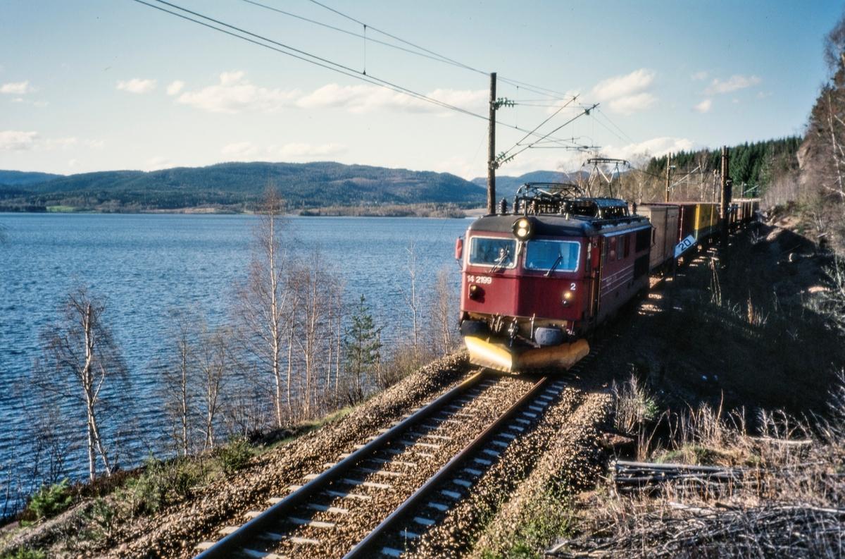 Elektrisk lokomotiv El 14 2199 med godstog ved Maridalvannet mellom Kjelsås og Sandermosen