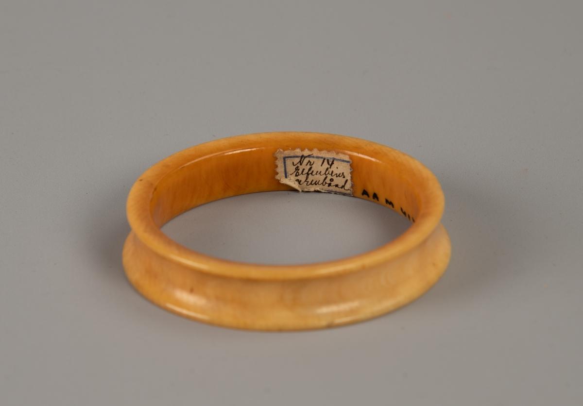 Armbånd fra Quebo, Vest Afrika.  Lys ravfarget ring med innbuede yttersider.
