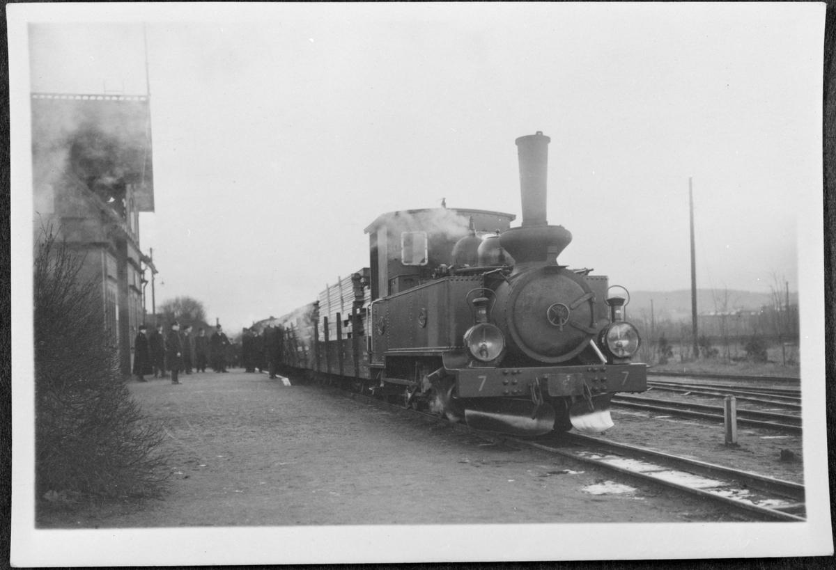 Jönköping - Gripenbergs Järnväg, JGJ lok 7 på Jönköpings östra station. Regementet skymtar till höger.