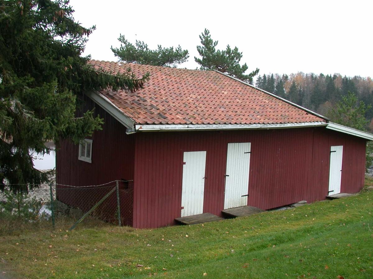Uthus tilknyttet arbeiderbolig Funnefoss museum. Sammenbygd med skjul og utedo.