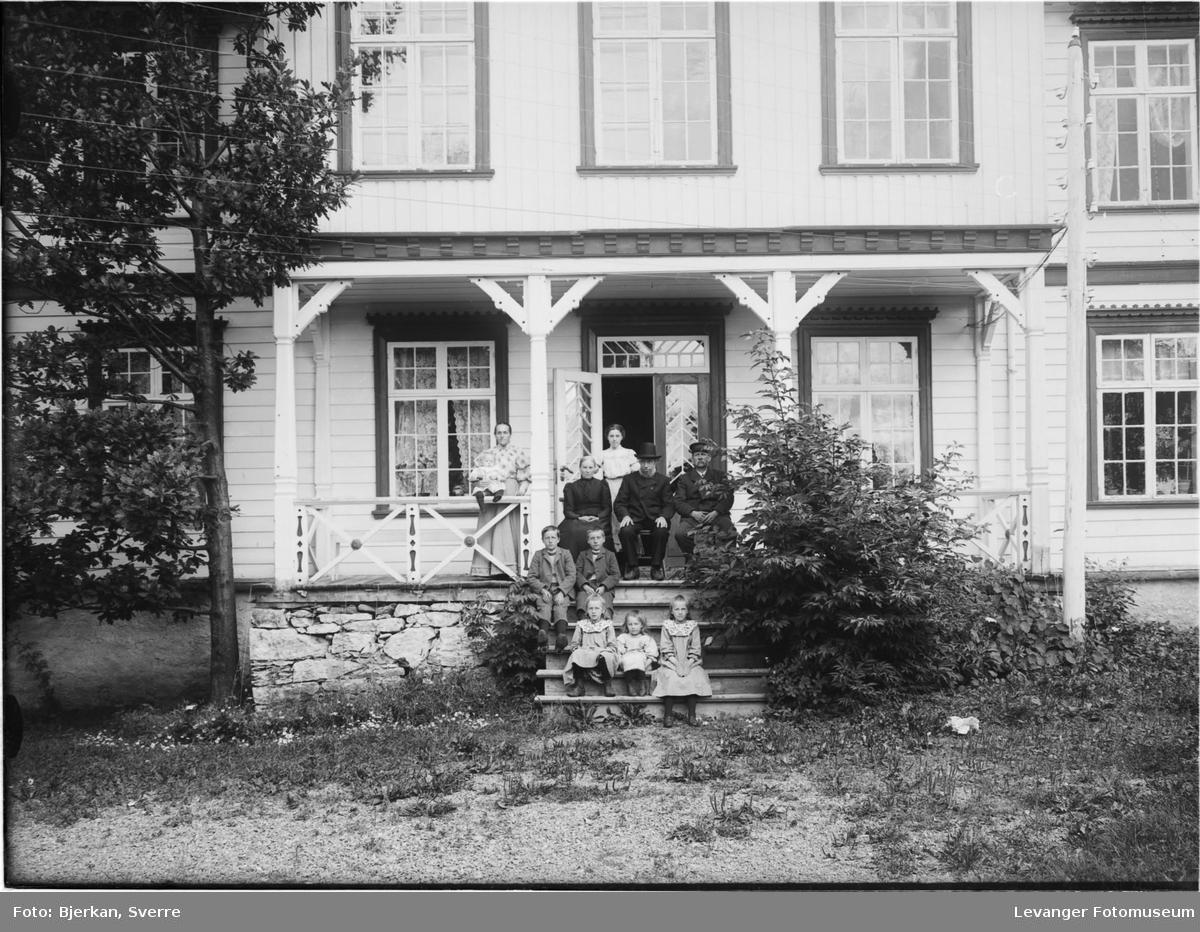 Familiebilde på trappa, fra Sæter, Frol i Levanger.