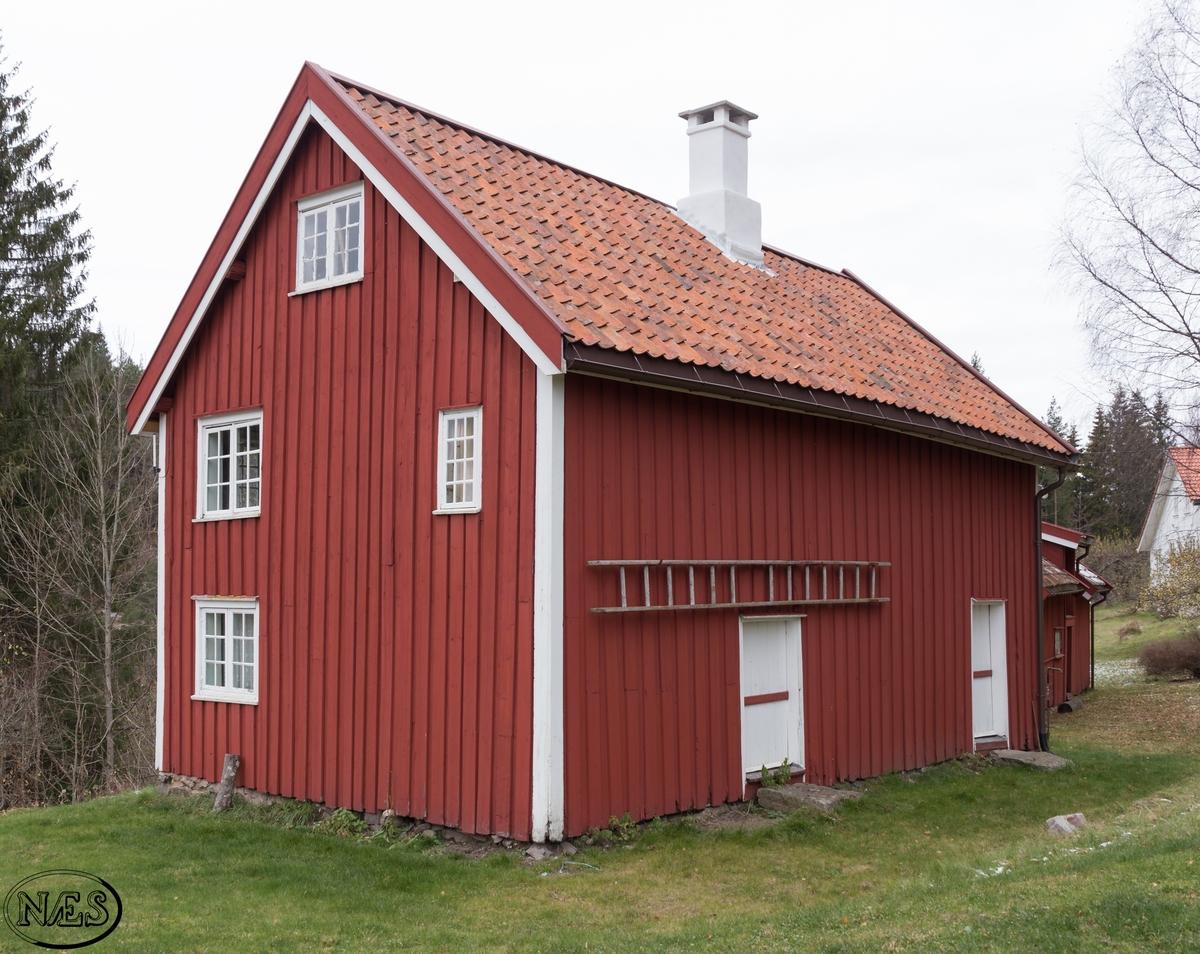 Mindre arbeiderbolig. Et typisk hus for tiden med tømmerkasse og svalgang.En av flere som lå i nærhet til jernverket. I et slikt hus kunne det bo opptil flere husholdninger