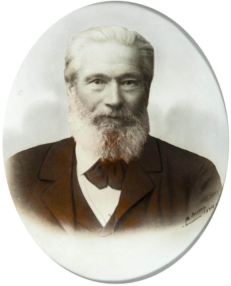 Portrett mann. Hans Larsen Jørstad, født 25/12-1833 på Fåberg. Død 13/1-1918 i Drammen.