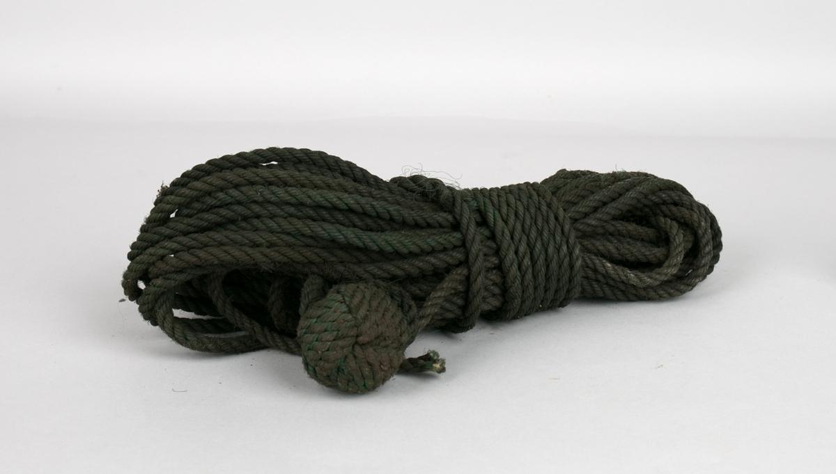 Nylontau. 3-stått tau oppkveilet med spleiset knute innfelt.