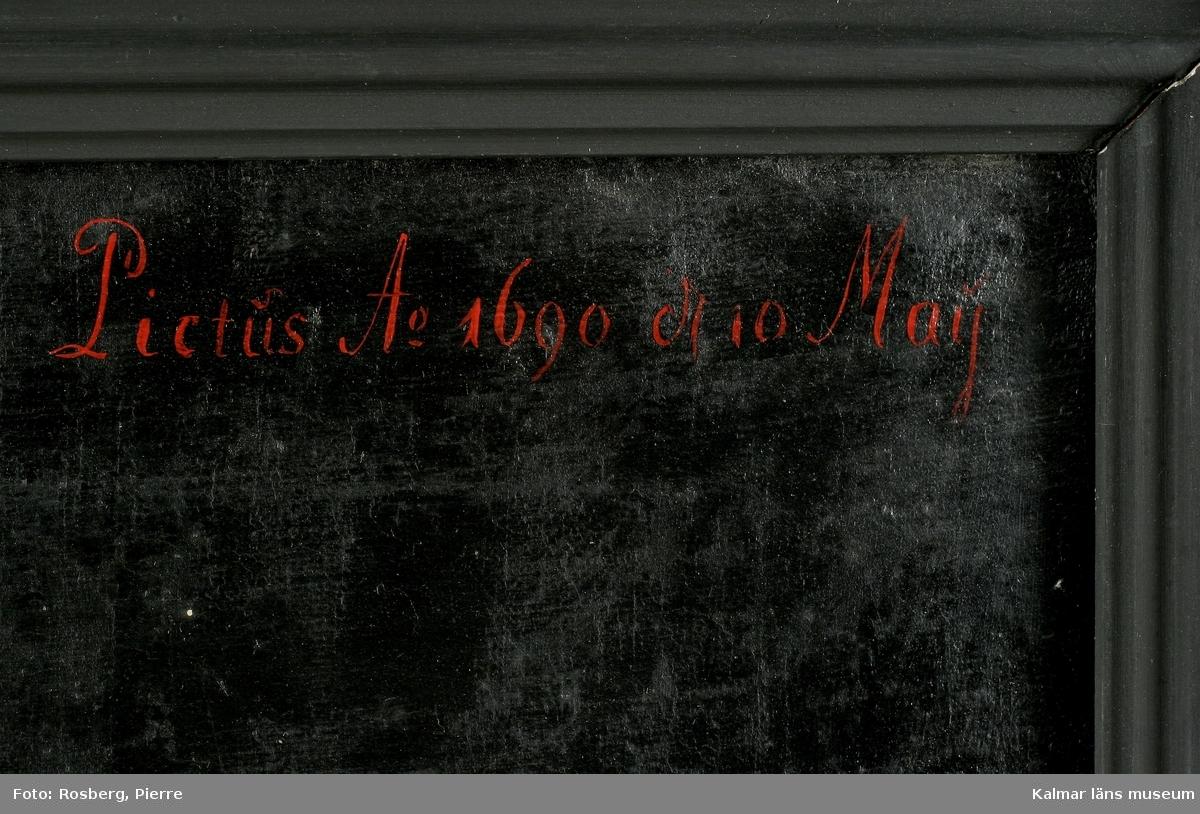 Porträtt av Magnus Gabriel Craelius, Fortifications-Capitain i Kalmar. Grön livrock av polskt snitt. Skinnuppslag på ärmarna. Stora ficklock med många knappar. Värja och gehäng. Spetskrås vid hals mm. Peruk. I högra handen käpp och handske, på vänstra handen älghudshandske.