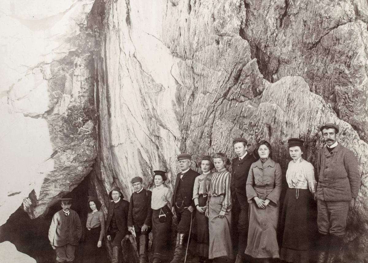 Gruppeportrett av et turfølge utenfor Dollsteinshulen klare til å gå på hulevandring.