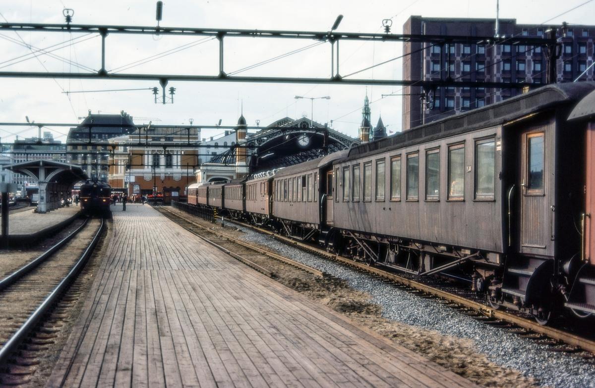 """Rushtidstog til Moss """"Ormen lange"""" på Oslo Østbanestasjon"""