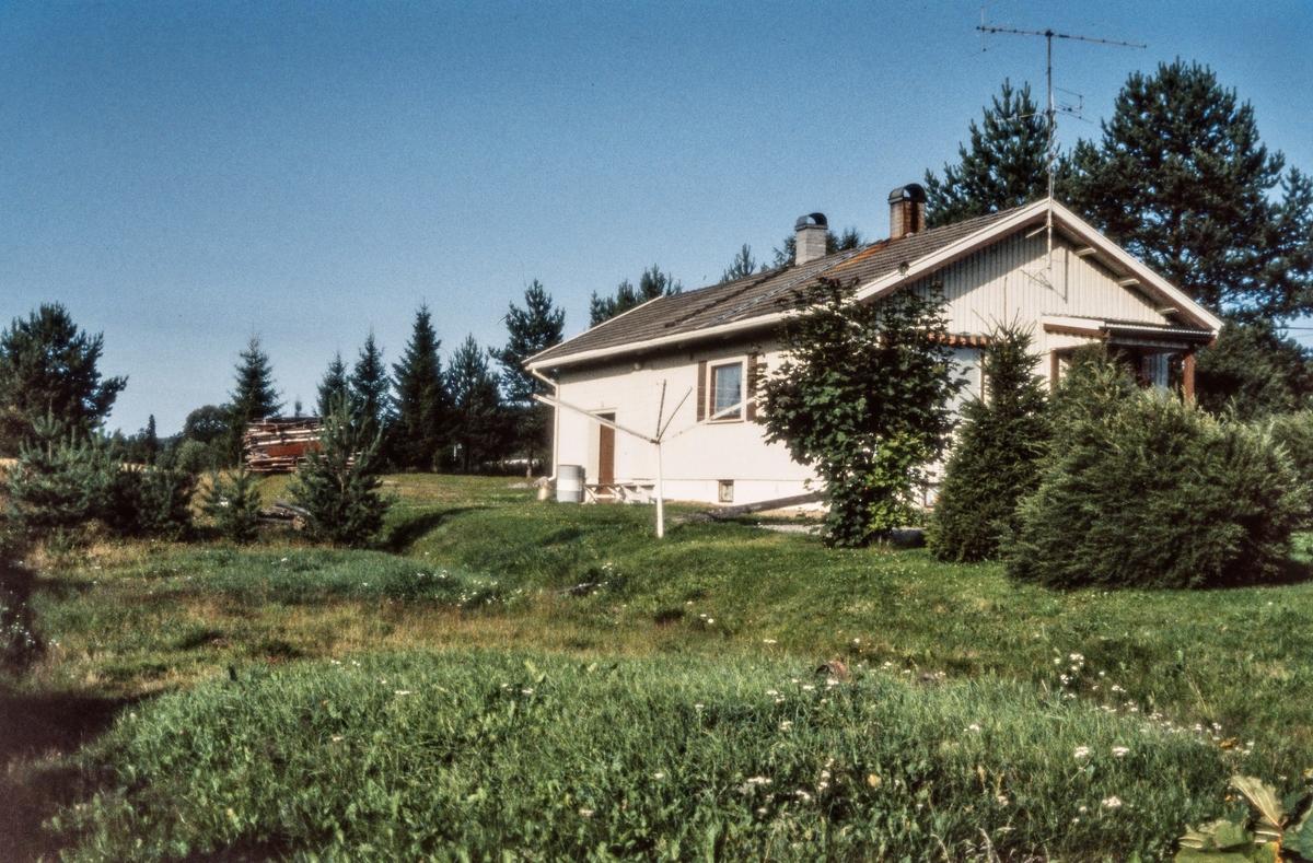 Den tidligere ekspedisjonsbygningen på Vestmarka lasteplass på nedlagte Vestmarkalinjen. Bygningen ble flyttet fra Disenå stasjon i 1924