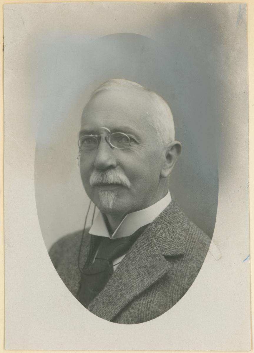 Fire portrettfotos, ukjent årstall.  Rektor J.R. Schreiner, Carl Johan Nilsen, Leif Andresen (ligningssjef), Ludvig Krogsvold (kjøpmann).