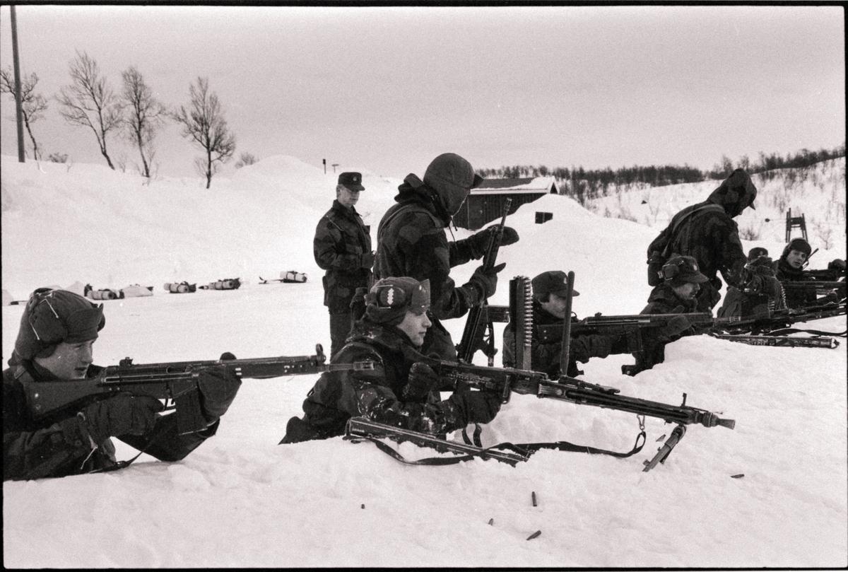 Soldater fra Åsegarden skyter med MG og AG3.