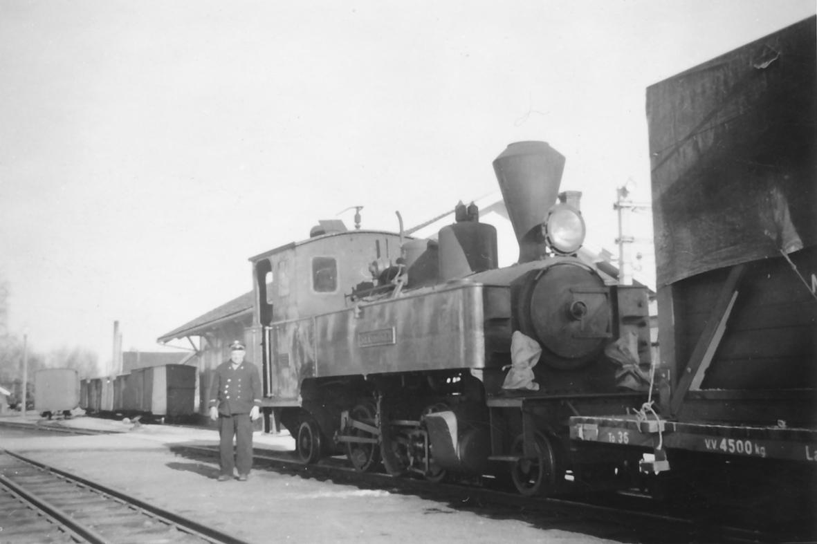 Damplokomotiv type XXIII nr. 4 SETSKOGEN med ettermiddagstoget til Bjørkelangen på Sørumsand stasjon. Foran lokomotivet lokomotivfører Syprian Aarstad