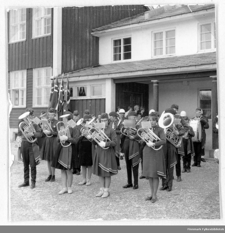 Børselv skolemusikkorps i 17. mai, 1962. Følgende personer er med  i bildet: 1. rad; Kjell Magne Stålsett, Manghild ?, Eva Mikkelsen, Anny Samuelssen. Terje Aronsen med tuba, bak Terje Kåre Johansen med drum.