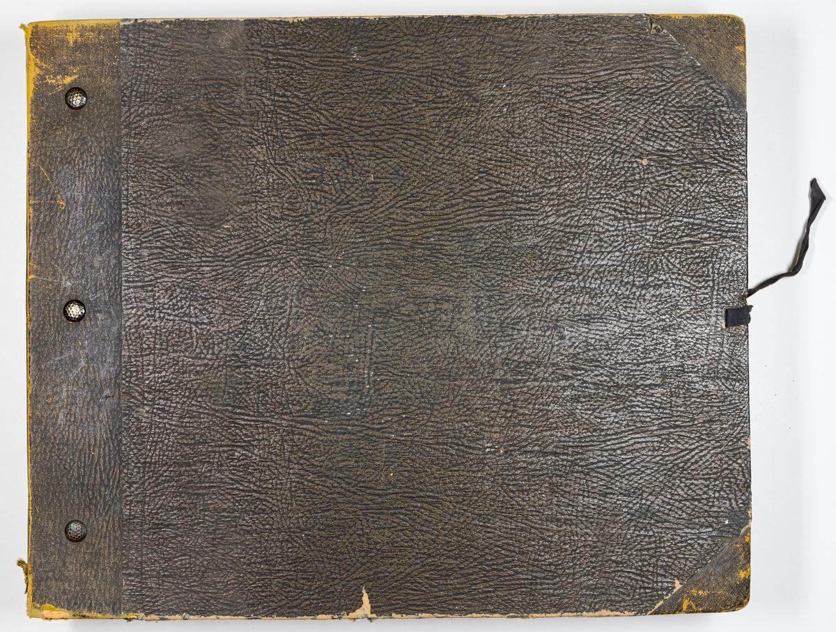 """Tryckt tapetkatalog från Norrköpings tapetfabrik. Bruna hårda pärmar, brun rygg. Text i på pärmens framsida: """"Norrköpings tapetfabrik No. 57 & 57B"""". innehåller prov på arsenikfria tapeter och bårder."""