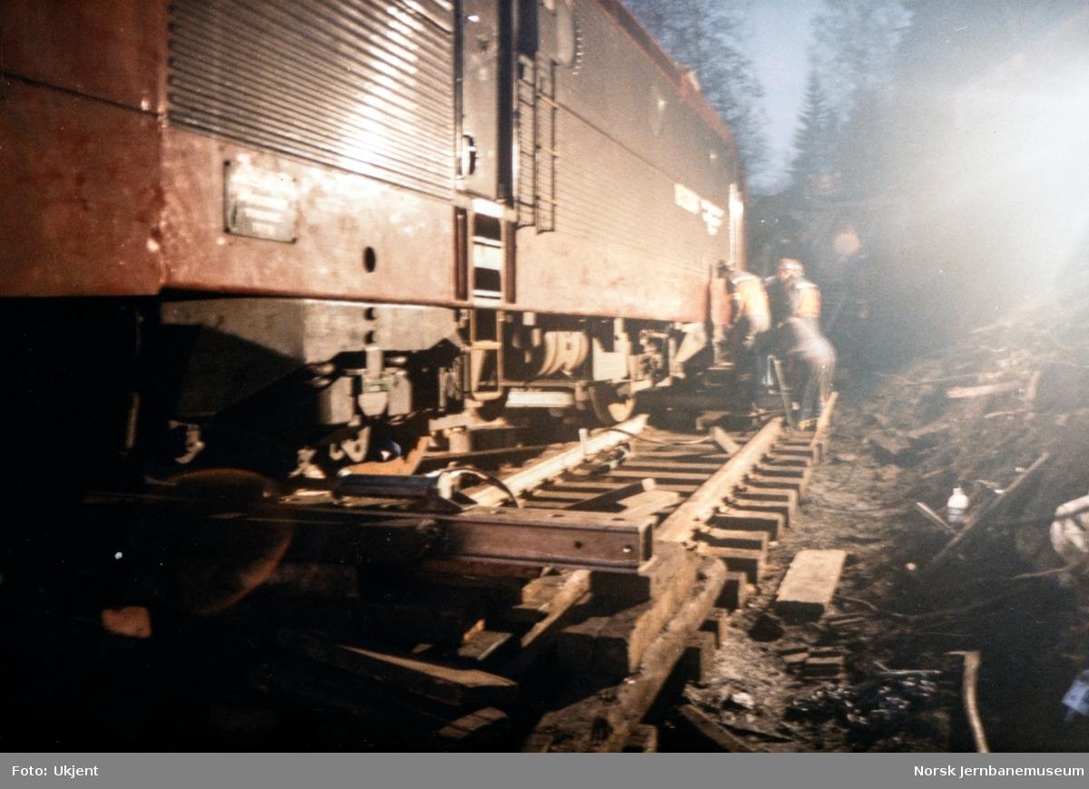 Avsporet og veltet elektrisk lokomotiv El 16 2204 etter å å kjørt inn i et jordras. Lokomotivet fikk store skader, men ble berget og reparert. Her er lokomotivet jekket opp og under flytting over på provisorisk spor