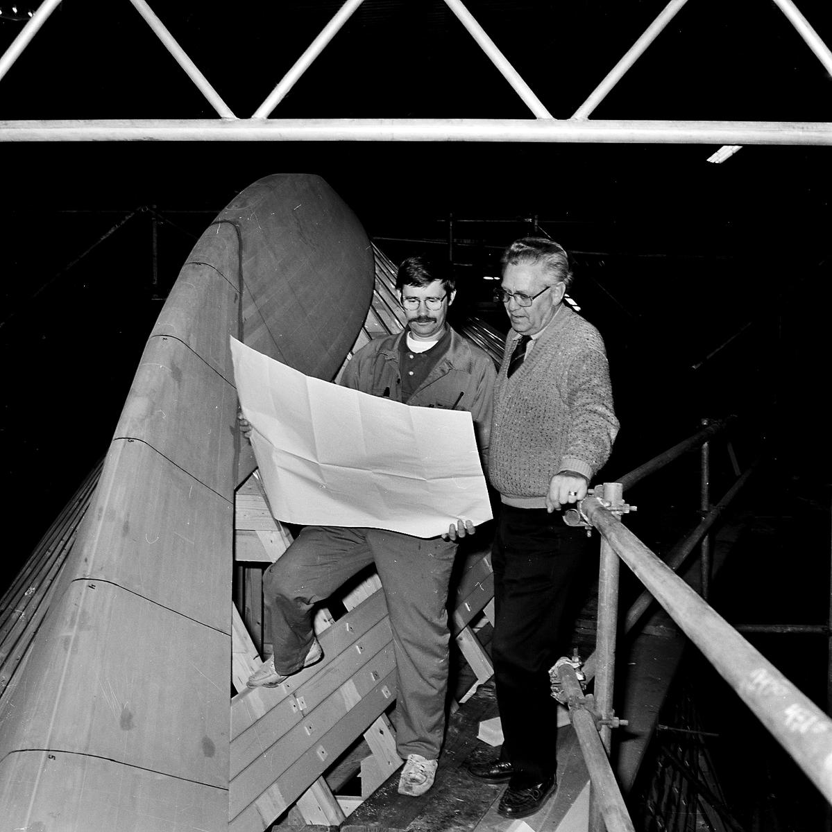 Varvet runt- en bildutställning Ingenjören Sone Persson och förmannen Arne Törnström vid förstäven till ett minröjningsfartyg typ Styrsö 1993. Arne är ättling i 7:e generationen till galjonsbildhuggaren Johan Törnström.