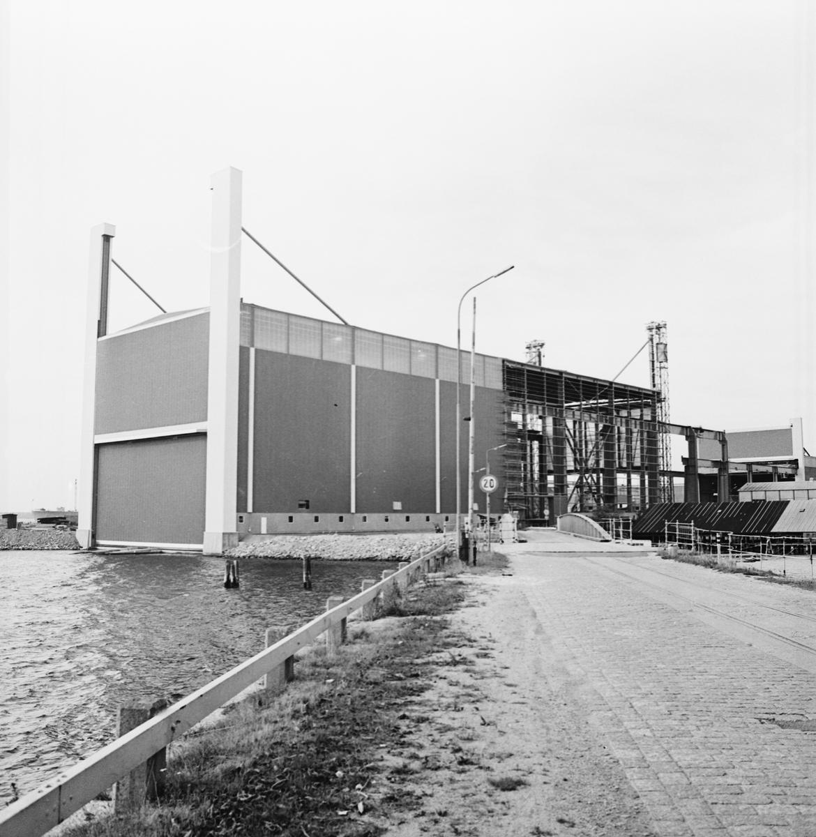 Övrigt: Foto datum: 1/10 1971 Byggnader och kranar Området för nya plåt och montagehallen