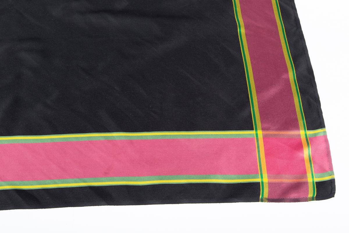 """Kvadratisk halstørkle til Follobunad. Knyttes utenpå skjortekraven. Satinvevet silke, sort bunn, kantstriper bred rødlilla smal gul og grønn stripe. Tørklet er kjøpt hos """"Tyrihans"""""""