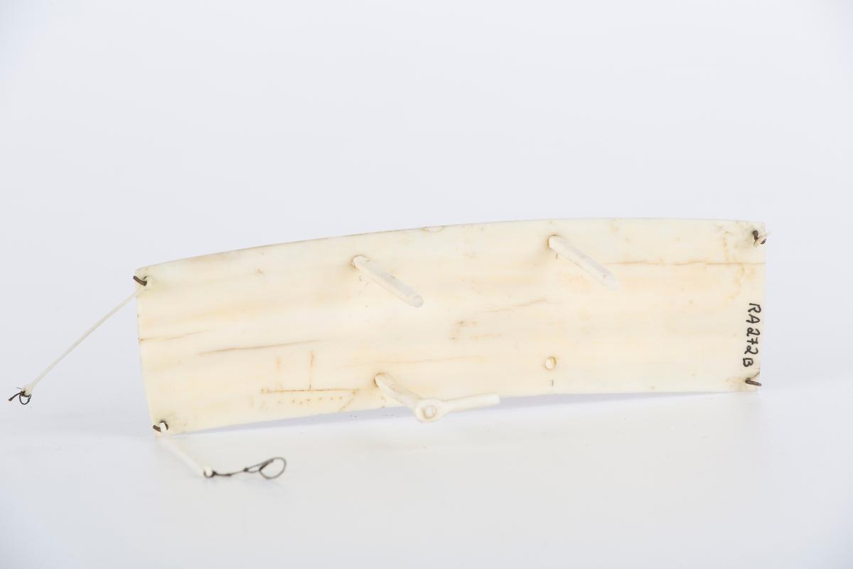 Modellfly i hvit ben. A)flykroppen B) vingen med en brukket stag C)Mann