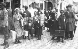 Svenskbybornas ankomst till Jönköping år 1929. Från tåget gå