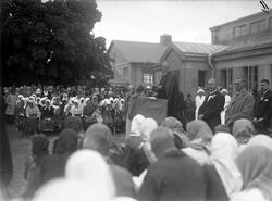 Svenskbyborna har samlats utanför kasernen på Ryhov i Jönköp