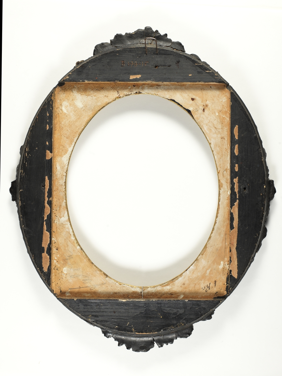 Sortlakert utsmykket oval ramme