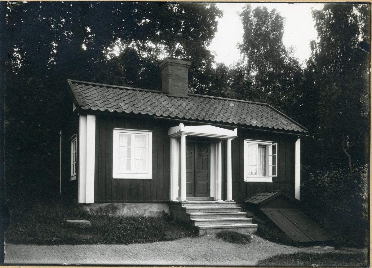 """Säby sn, Hallstahammar kn, Hällby. """"Kontoret"""" på Karl Karlssons gård, 1923."""