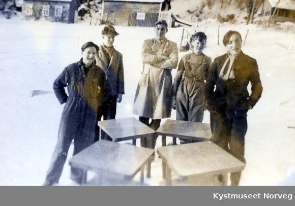 Fra venstre: Harry Persvik, Kolbjørn Småeng, lærer Svein Østervik, Arne Hindøy og Henry Tangen ved Værum skole