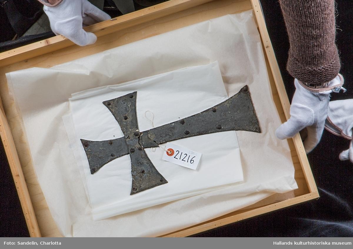 Kors av tenn. Använd såsom beslag på fotändan av likkista i gravkammaren, gravkoret, Gamleby.